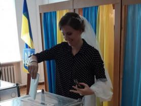 Наречена голосує в місті Устилуг