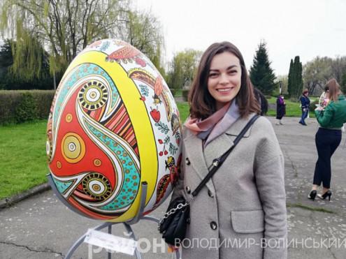 Катерина Юрчук зі своєю писанкою