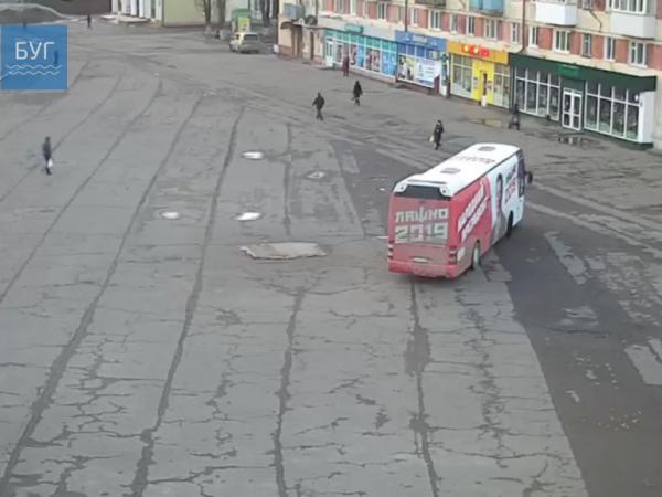 Показали, як «автобус Ляшка» зухвало «розсікав» по центральній площі Володимира