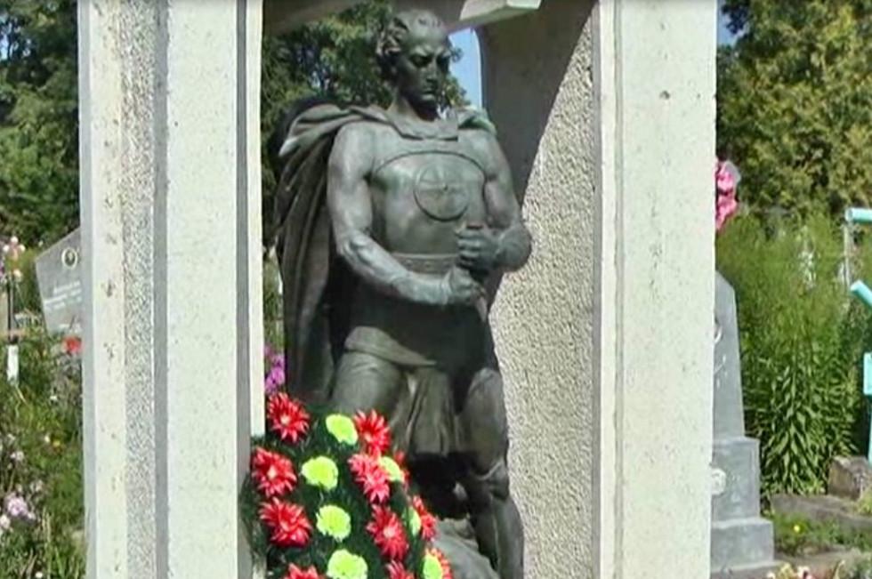Пам'ятник ще «з руками», але вже без меча
