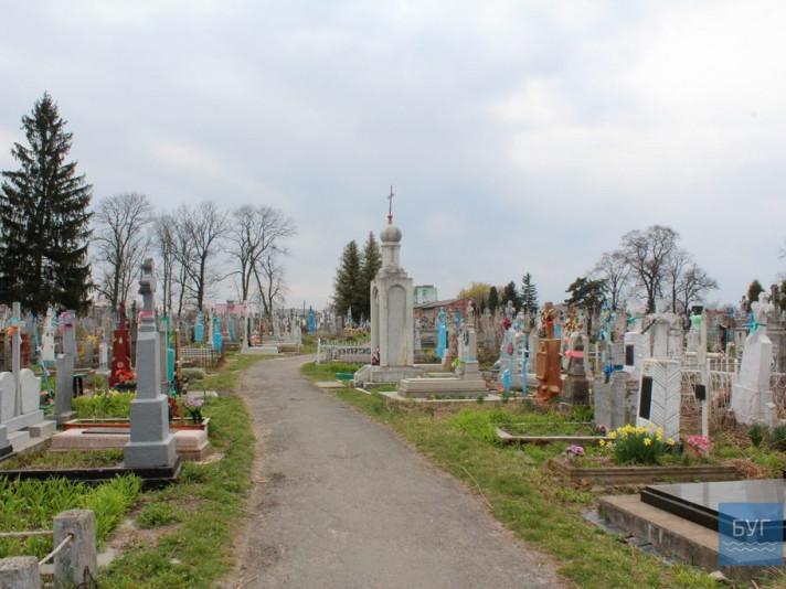 У місті на Волині на кладовищах «розгулялись» вандали