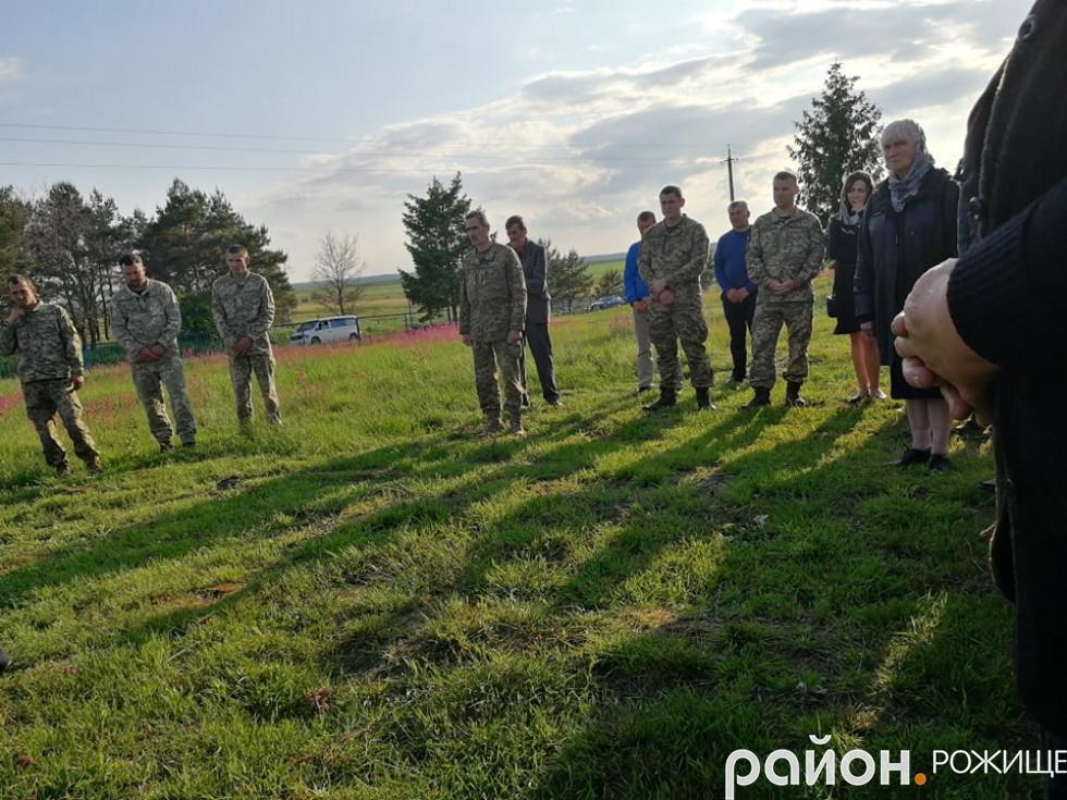 Попрощатися зі солдатом прийшли односельчани, близькі, товариші-військові.