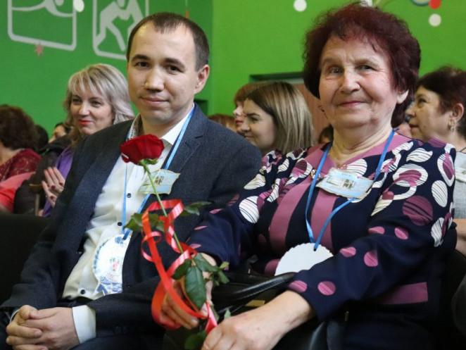 Перший заступник міського голови Ярослав Матвійчук та ветеран педагогічної праці, вчителька іноземної мови Людмила Гордіюк