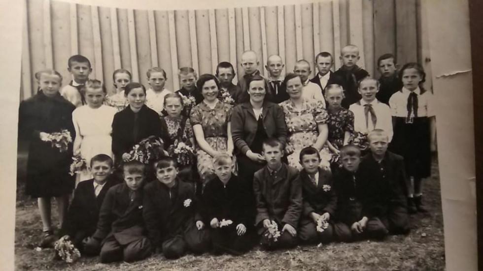 1960 рік. Учні та вчителі вощатинської школи