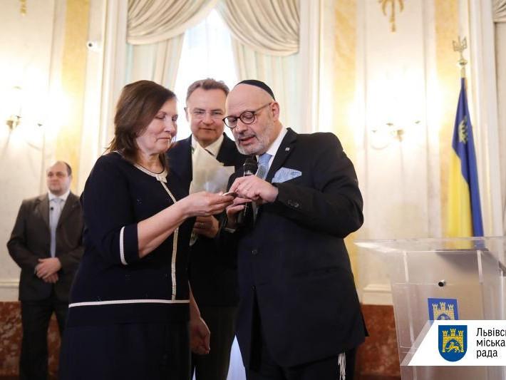 Диплом та медаль «Праведниця народів світу» отримала Люба Іваницька