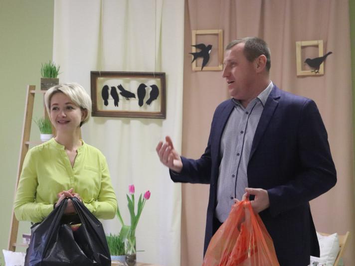 Гості такожвручили подарунки керівничці закладу Олені Токарєвій.
