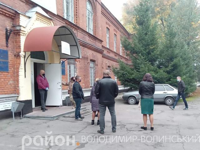 Володимирчани чекають, аби проголосувати на дільниці у військкоматі