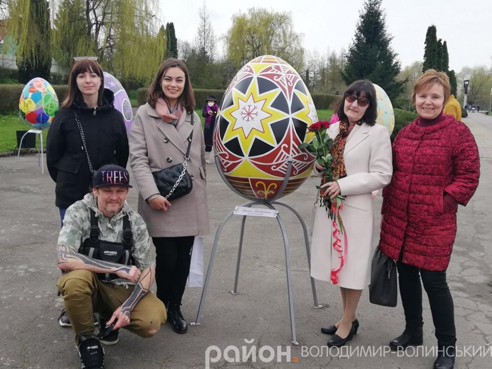 Педагоги дитячої художньої школи біля писанки Ірини Надюкової