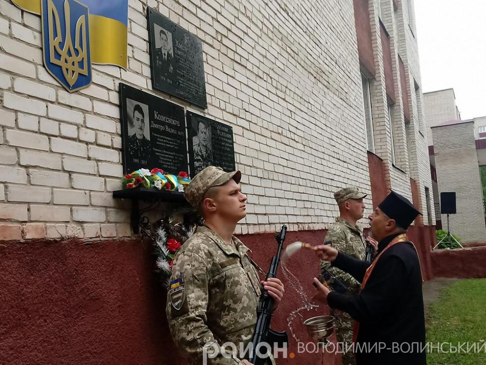 На стіні третьої міської одинадцятирічки,увіковічнилипам'ять ще одного випускника, загиблого Героя АТО Ігоря Балабоскіна