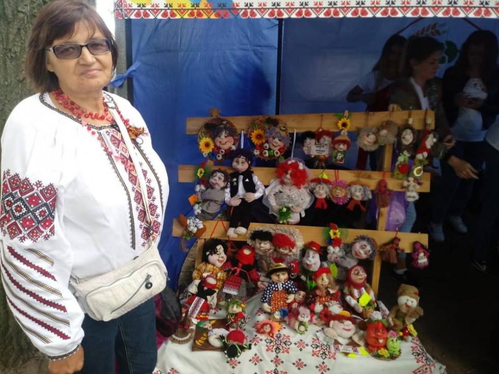 Свої вироби, диво-ляльки, на ярмарку презентувала знана на Іваничівщині і не тільки майстриня Алла Фіть.