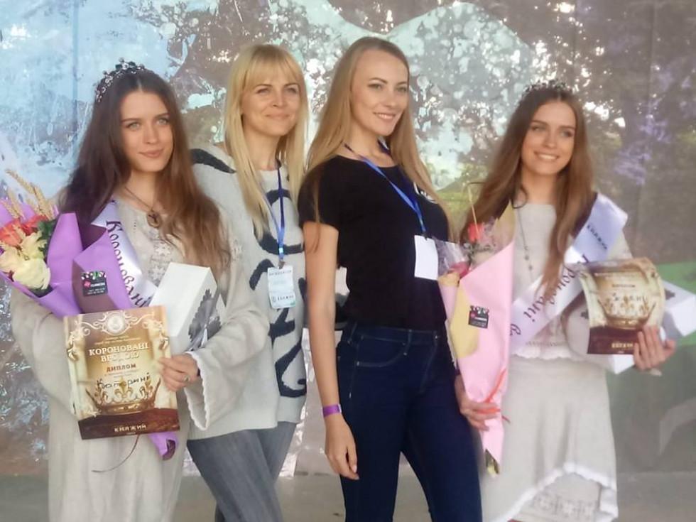 Переможниці з організаторами конкурсу Оленою Омелюх та Анастасією Азановою