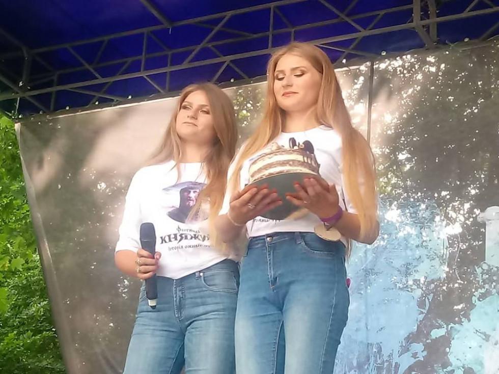 Свій солодкий витвір демонструють сестрички з ВолодимирщиниАнастасія та Тетяна Шпортун