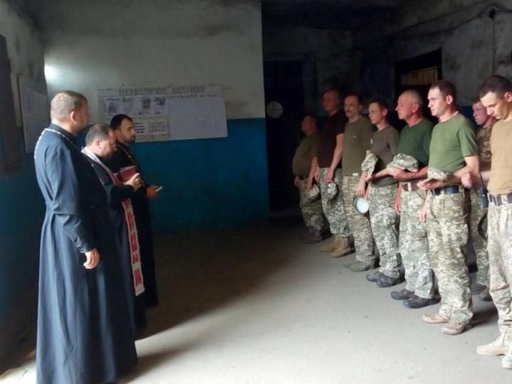 Під час зустрічі з військовими, священики проводили духовні бесіди та молились за мир в Україні.