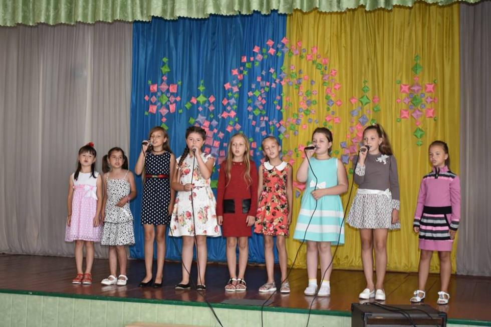 Музичні вітання дарували матері-героїні юні аматори сцени, вихованці районного Будинку школяра під керівництвом Людмили Гендес