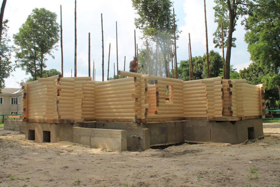 Церкву збудувала із карпатської сосни бригада майстрів із Яремчі