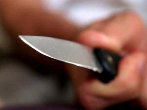 Встромив ніж у 22-річного чоловіка і втік