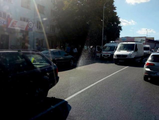 На вулиці Луцькій, на пішохідному переході, неподалік зупинки, автівка травмувала жінку.