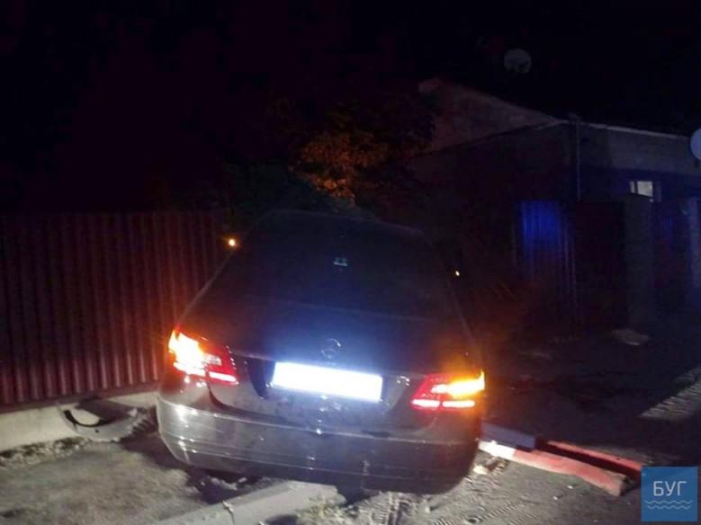 З невідомих причин автівка марки «Мерседес», протаранивши паркан, опинилася на тротуарі