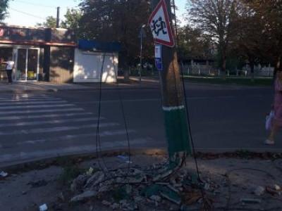 На одній з центральних вулиць міста стоїть електроопора, яка після ДТП ось-ось впаде комусь на голову, або ж на проїжджу частину