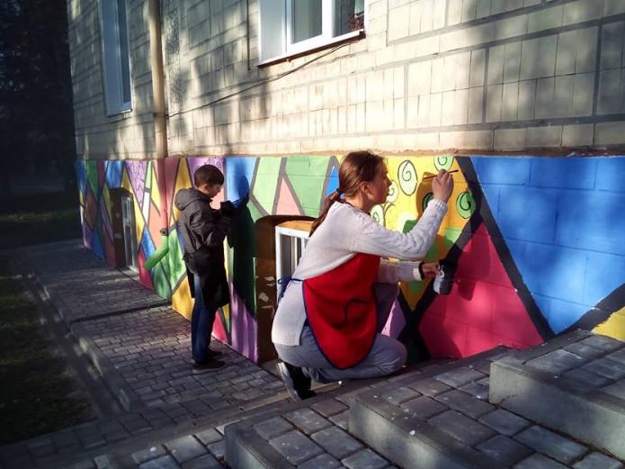 На Волині маленькі художники розфарбували школу до ювілею
