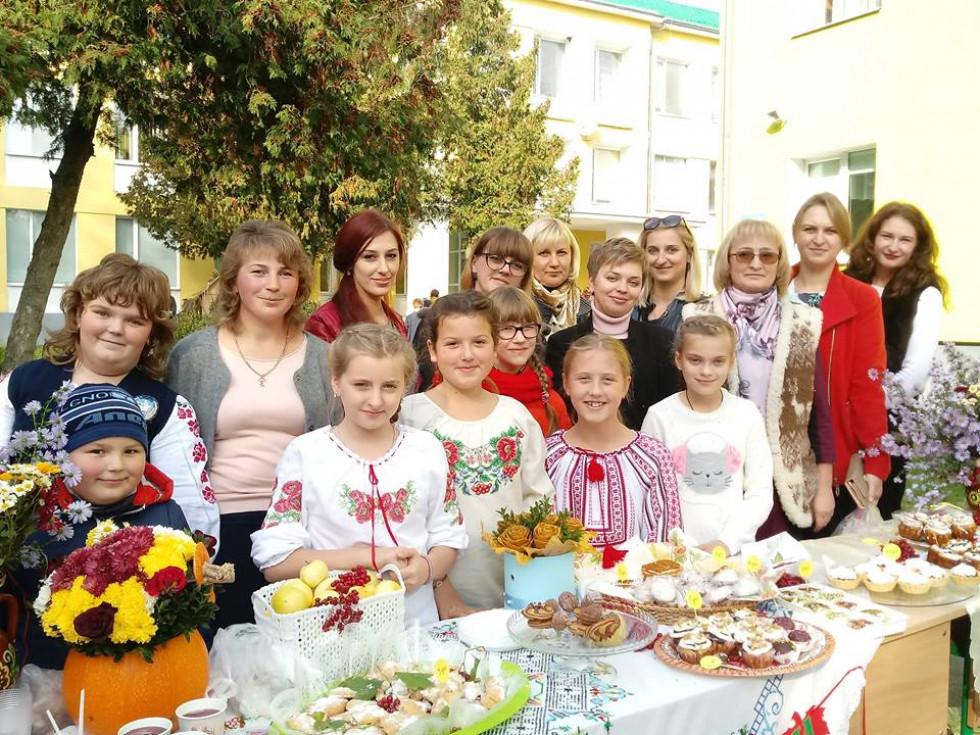 6-Б клас разом із батьками та педагогами старанно готувався до ярмарку