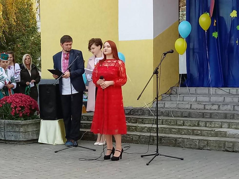 Привітати рідну школу прийшли її випускники