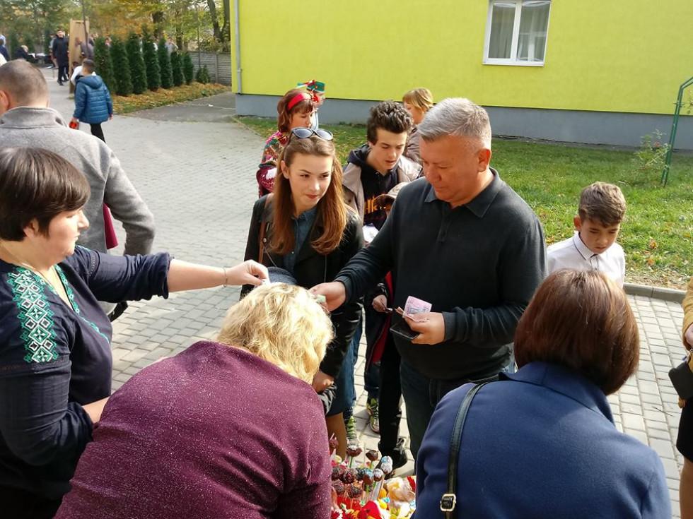 Депутат обласної ради Валентин Кошельник теж спробував ярмаркових смаколиків