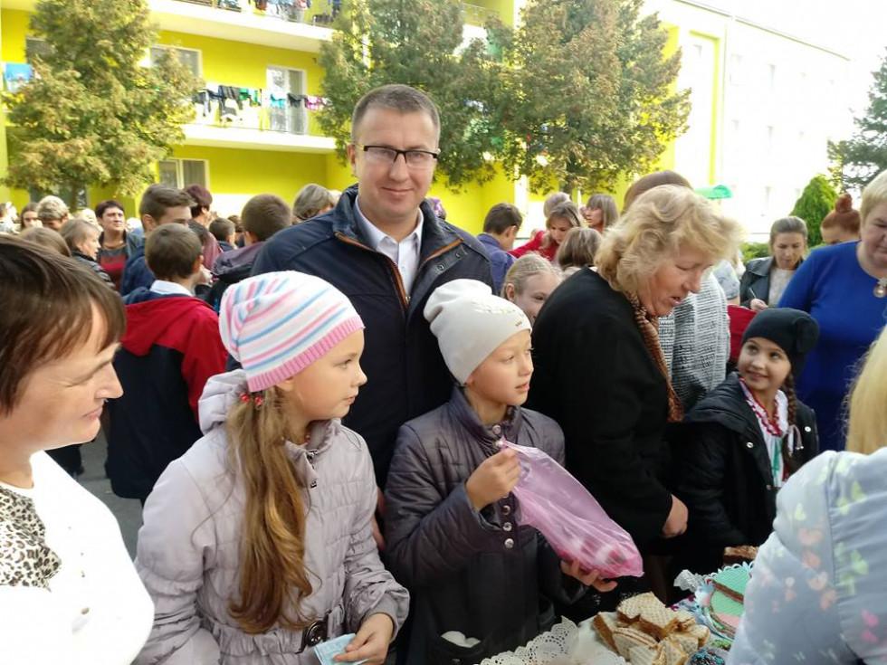 Секретар міської ради Олег Свідерський був активним покупцем на шкільному ярмарку