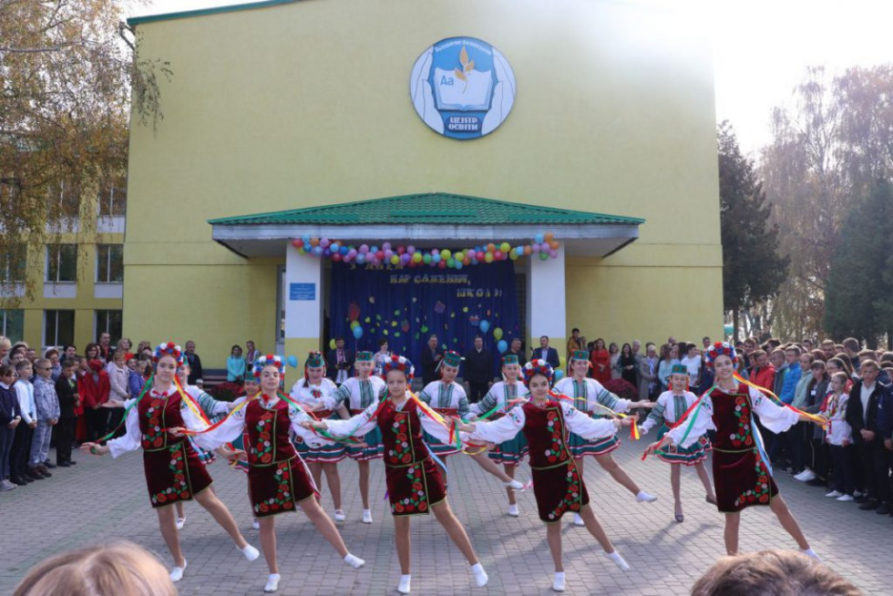Традиційний український танок у виконанні учнів школи