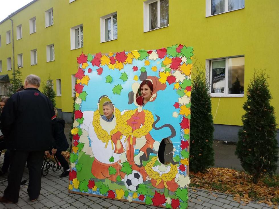 Креативна фотозона шкільного ярмарку чекала своїх відвідувачів