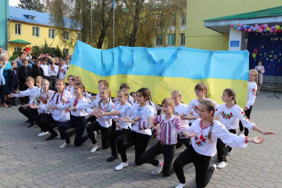 Танцювальний патріотичний флешмоб від учнів 6-их класів
