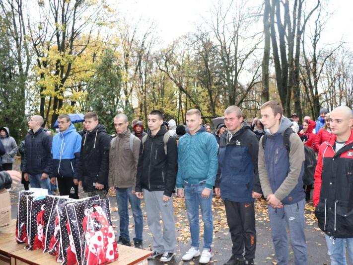 У волинському місті урочисто провели юнаків на військову строкову службу