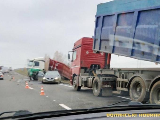 На трасі «Луцьк - Володимир» - аварія, з траси злетіла вантажівка