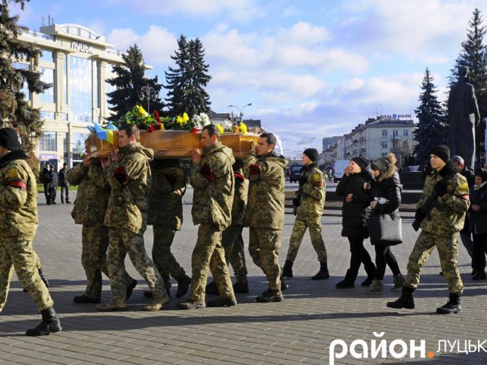 Волиняни на колінах прощалися із загиблим бійцем 14-ї ОМБр