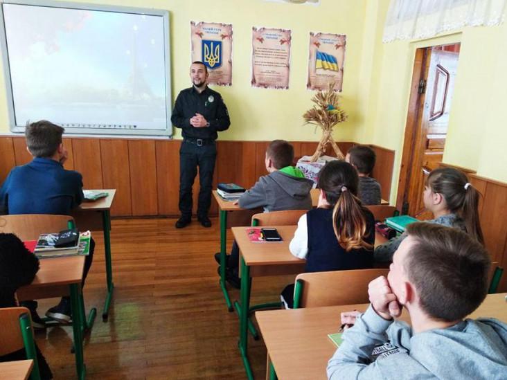Що робила поліція у школах Волині