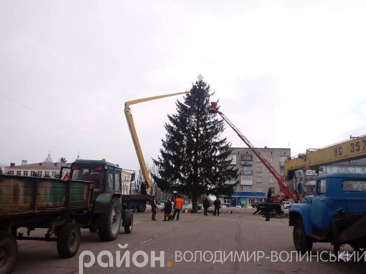 У Володимирі демонтували новорічну ялинку