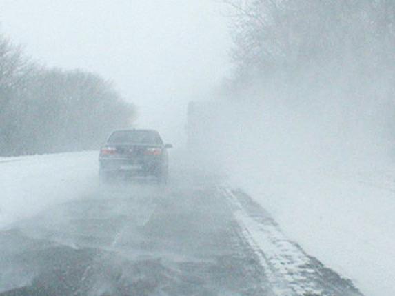 Водіїв просять бути обережними через ожеледицю і туман