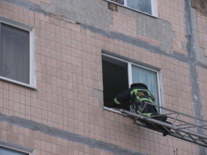 На Волині рятувальники через вікно дісталися до квартири, де були зачинені діти