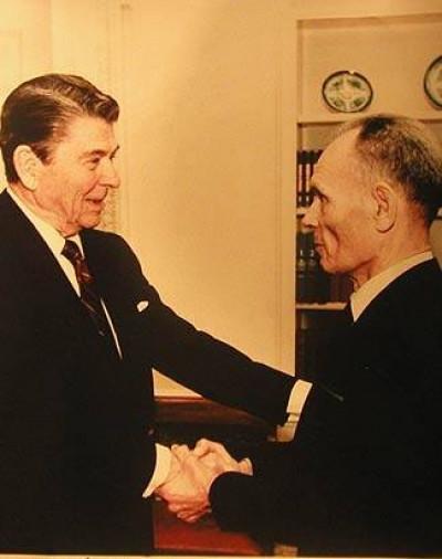 На фото: Президент США Рональд Рейган (ліворуч) і волинський дисидент Данило Шумук (праворуч) в Овальному кабінеті Білого дому. Вашингтон, 1987 рік.