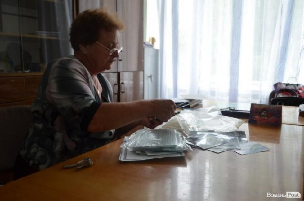 Директор школи Надія Зволянська переглядає фото