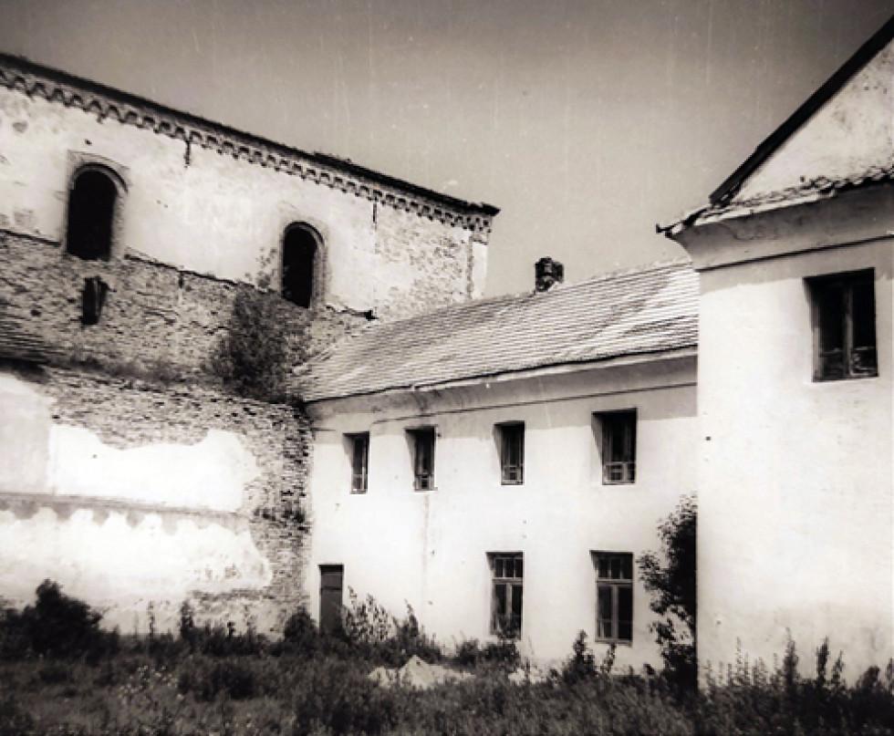 Фото з фонду Р-591 Державного архіву Волинської області – фасад костелу (північначастина), 1959 р.