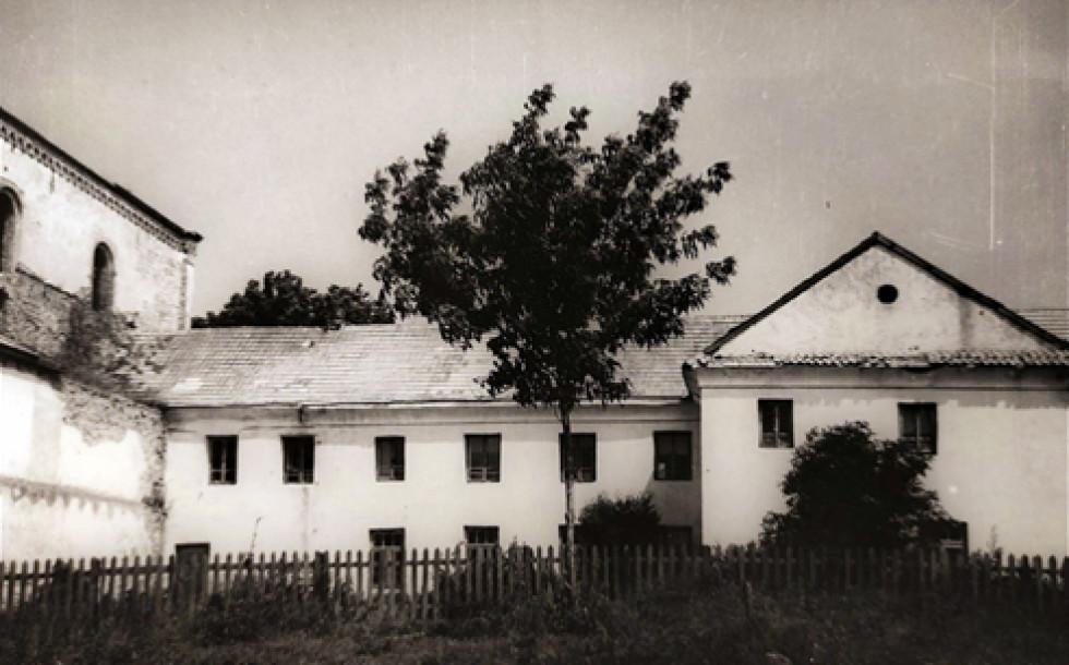 Фото з фонду Р-591 Державного архіву Волинської області – фрагмент фасаду монастиря (південна частина), 1959 р.